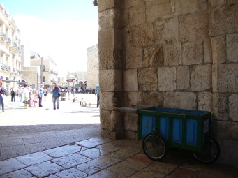 Arabs use carts of this kind to sell snacks to the tourists.